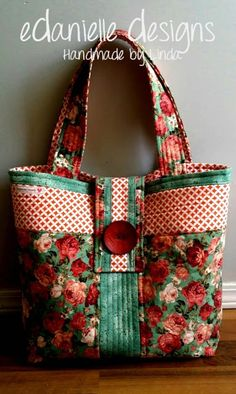 Rose Fabric Tote Bag - love the colors of this!Novice Beginnings: Rose Fabric BagLove the red and green colors of this quilted bag. I feel a project coming on.Made by Linda @ Novice Beginnings & found on Carmen's Beyond the Fringe - pretty!Our free tote b Sacs Tote Bags, Quilted Tote Bags, Fabric Tote Bags, Diy Tote Bag, Patchwork Bags, Diy Bags, Quilted Bags Patterns, Fabric Basket, Quilted Handbags