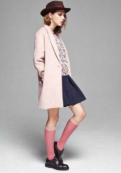 Look Charlise - style écolière garçonne. Un plus pour le manteau rose poudré (couleur de l'hiver) et les chaussettes montantes