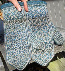 Ravelry FREE Quaternity pattern by Rose Hiver Knitting Charts, Knitting Stitches, Hand Knitting, Knitting Patterns, Knitted Mittens Pattern, Knit Mittens, Knitted Gloves, Wrist Warmers, Hand Warmers