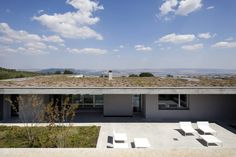 Beautiful modern home with a flat roof and stunning view. By Osa Architettura e Paesaggio