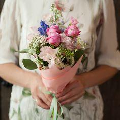 Маленькие букеты, похожие на конфету в хрустящей обертке , идеальны для фотосессии – они дополняют образ, но не отвлекают внимание. Этот букет в розовых тонах подойдет практически к любому платью – кроме основного цвета, нем есть, и белые, и голубые, и зеленые ноты.  Состав:геоцинт, пионовидная кустовая роза,гвоздика, озатамнус, душистый горошек.  Размер:маленький  Сезонность:круглогодично  __________________________________________________________________...