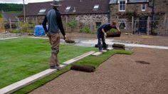 Blitzschnell eine neue gepflegte #Rasenfläche in Ihrem #Garten. Dafür ist #Rollrasen die perfekte Wahl. Dieser kann schnell verlegt werden und ist nach kürzester Zeit begehbar.   #Rollrasen #Rasen #Rasenpflege #Gartengestaltung