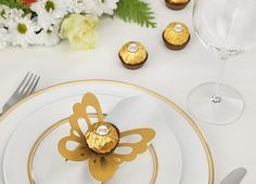 Make Ferrero Rocher butterfly napkin rings for your party . Make Ferrero Rocher butterfly napkin rings for your banquet table. Chocolate Wedding Favors, Chocolate Bouquet, Wedding Buffet Food, Fish Candy, Creative Money Gifts, Ferrero Rocher Chocolates, Anniversary Decorations, Baby Boy 1st Birthday, Banquet Tables