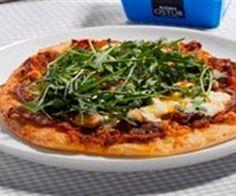 Pizza með beikoni, sveppum, rjómaosti og klettasalati