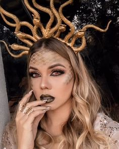 The image of Medusa has a powerful meaning in today's society. It is not seen as something bad, the image is being recreated in a world of beauty by having a makeup look designed after it. Medusa Halloween Costume, Halloween Inspo, Halloween Makeup Looks, Couple Halloween, Halloween Outfits, Medusa Makeup, Makeup Fx, Artist Makeup, Medusa Costume Makeup