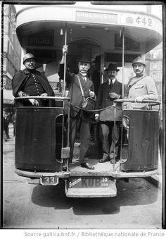 [1er mai 1920 à Paris, un receveur volontaire encadré par des gendarmes sur la plate-forme d'un autobus] : [photographie de presse] / [Agenc...