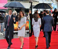 Que romântico! Príncipe William protege Kate Middleton da chuva em Londres
