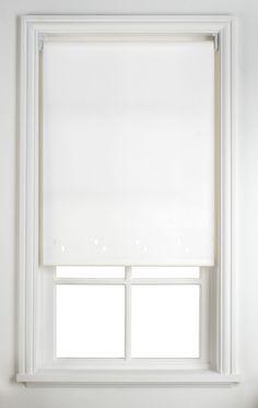 Transforme uma persiana de janela entediante cobrindo ela com tecido bonito e prendendo-o com cola quente.