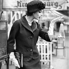 Le mannequin vedette de la maison Chanel, dans les années 1950, Marie-Hélène Arnaud. #mariehelenearnaud #chanel #hautecouture #classique #fifties #couture #pose #fashion #mode #moda #tweed #tailleur #tailleurchanel #chanelstyle #style #chic #elegance #grace #allure #paris #france #fashionmodel