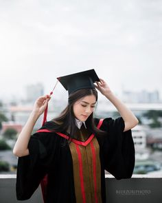 graduation outfit – Beautiful, not considerate … College Graduation Pictures, Graduation Picture Poses, Graduation Portraits, Graduation Photoshoot, Graduation Photography, Grad Pics, Graduation Pose, Senior Pics, Senior Portraits