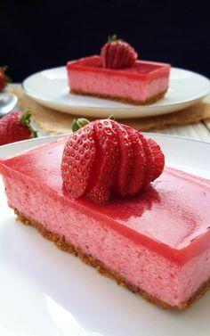 Deliciosa y ligera, esta tarta vegana de mousse de fresa es totalmente libre de productos animales y hecha con la mágia de aquafaba.