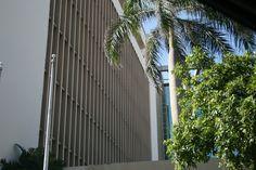 5.Autoridad de Energía Eléctrica. (Domingo, 8:35 am) Aquí se cumple completamente con el protocolo, ya que sencillamente no están las banderas colocadas, y así es como se supone que debiera ser. En este caso solo encontramos las astas en el exterior del edificio institucional (privado).