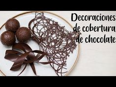 DECORACIONES DE COBERTURA DE CHOCOLATE - YouTube Chocolate Fondant, Chocolate Art, Chocolate Truffles, Chocolate Showpiece, Chocolate Garnishes, Unique Cakes, Creative Cakes, Chocolate Decorations, Wedding Cake Toppers