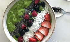 This drink got me excited about green smoothies. Sure, it's delicious. But Carolyne's Green Smoothie was a renewal for me. Best Green Smoothie, Green Smoothie Recipes, Juice Smoothie, Smoothie Drinks, Smoothie Bowl, Green Smoothies, Vitamix Recipes, Vegan Recipes, Vitamix Blender