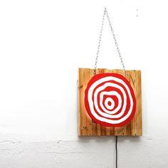 A veces nos gusta darle luz a las cosas. En éste caso a nuestro logotipo. Nada que no solucione una tira de leds sobre una base hecha de palet y el logotipo cortado a mano y pintado⠀  ⠀  #led #lampara #creative #marquee #cajadeluz #industrial