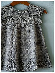Cute little girls dress! Right now I wan't to knit all the things for babies and children!