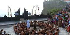 Pertunjukan tari kecak di tempat terbuka di Pura Uluwatu dengan panorama matahari tenggelam yang sangat indah. Pertunjukan yang diadakan setiap hari pada pukul 18.00 Wita ini selalu ramai dikunjungi wisatawan.