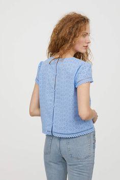 eac42d431a5135 Azul claro. Blusa de corte recto en tejido vaporoso de algodón con bordado  inglés.