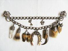 Das Charivari (gespr. Schariwari) ist eine Schmuckkette die ursprünglich von Männern getragen wurde. Es ist traditionell aus massivem Silber und die Anhänger sind silbergefasst. Es sind Jagdtrophäen die man so zur Schau stellte. Heute trägt man es auch zum Dirndl. Es wird mit zwei Klemmen an der Schürze befestigt.