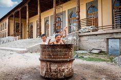 children around the world 9 32 Foto Magiche Di Bambini Che Giocano In Giro Per Il Mondo