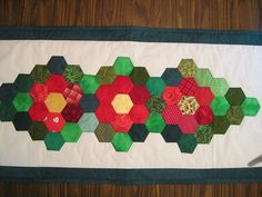 New Hexie tablerunner - Image Only Hexagon Quilt Pattern, Quilt Patterns, Quilting Tutorials, Quilting Ideas, Christmas Runner, Quilted Table Runners, Christmas Sewing, English Paper Piecing, Mini Quilts