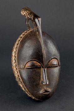 Hermosa máscara lunar Baule, años 70. Costa de Marfil, África. 33 x 17 x 12 cm. Pieza de trabajo exquisito, en la que el pico del pájaro se fusiona delicadamente con la frente.