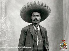 """El monumento en honor al """"General Emiliano Zapata"""" ubicado en la colonia del mismo nombre, en la Avenida División el del Norte y Álvaro Obregón en Ciudad Juárez, se hizo en 1971 por el escultor José Guadalupe Díaz Nieto. Se encuentra elaborado de cemento blanco y colocado sobre un pedestal de mampostería. Venga y disfrute Ciudad Juárez. #visitaciudadjuárez"""