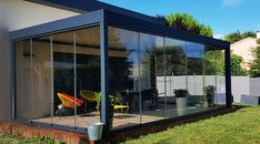 Accessory Pergola Bioclimatique: Rideau de verre coulissant rabattable There are lots of things that might Corner Pergola, Pergola Swing, Backyard Pergola, Pergola Shade, Pergola Plans, Pergola Carport, Vinyl Pergola, Retractable Pergola, Wooden Pergola