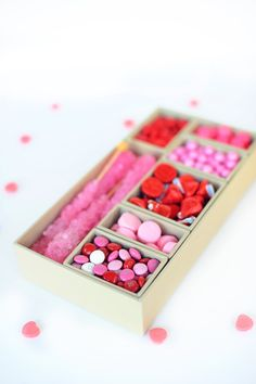 Easy to make DIY Candy Valentine Gift Box. Make something extra special for your Valentine this year! This DIY Valentine Candy Box is so easy and fun! Diy Valentine's Gifts For Friends, Friend Valentine Gifts, Valentines Gift Box, Valentines Gifts For Boyfriend, Valentine Day Crafts, Diy Gifts, Food Gifts, Valentines Sweets, Valentine Ideas