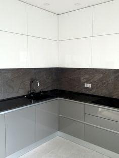 Современные кухни с ручкой профилем Gola с фасадами из глянцевого крашенного МДФ в серо-белой цветовой гамме и тонкой столешнице (20 мм) из кварца.