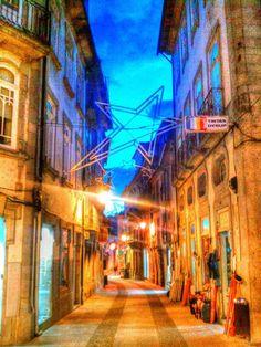 """Boa noite :D O cair da noite na rua Cerqueira Gomes (a rua """"Direita"""") de hoje. Apesar de já montada ainda não está ligada a iluminação de Natal em Arcos de #Valdevez - http://ift.tt/1MZR1pw -"""