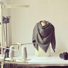 Von Grau kann ich einfach nicht genug bekommen. Dieses feine und schlichte Tuch laesst sich zu beinahe Allem kombinieren, sieht laessig aus und haelt auch noch schoen warm!