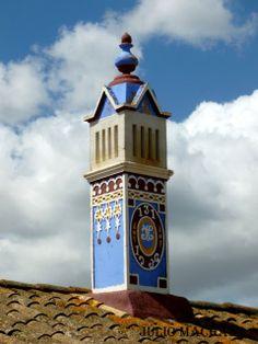"""Chaminé algarvia dos anos 1936. Mestre construtor; José António das """"Albercas"""" Algarve, Portugal, Roof Tops, The Way Home, Moorish, Portuguese, Spain, Rooms, Architecture"""