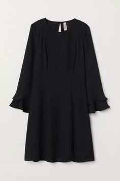Short dress in woven fabric with flounce-trimmed sleeves and a round neckline that has an opening and button at the back of the neck. Pakistani Fashion Casual, Muslim Fashion, Modest Fashion, Hijab Fashion, Fashion Dresses, Casual Frocks, Casual Outfits, Black Dress With Sleeves, Dresses With Sleeves