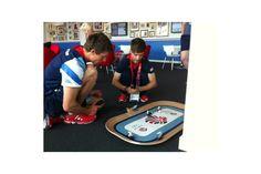 Luke e Stephan del team britannico giocano con le macchinine sul tappeto