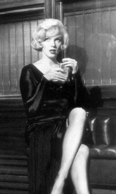 Visit my website for lots of rare pics, and all about the fun, drama, and behind the scenes juiciness of Some Like it Hot ❤️ Marilyn Monroe Life, Marilyn Monroe Photos, Hollywood Cinema, Classic Hollywood, Tony Curtis, World Most Beautiful Woman, Gentlemen Prefer Blondes, Hilario, Norma Jeane
