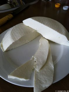 recept na domaci cerstvy syr 2 How To Make Cheese, Food To Make, Czech Recipes, Home Canning, Homemade Cheese, Fondant Cupcakes, Cottage Cheese, Kefir, Going Vegan