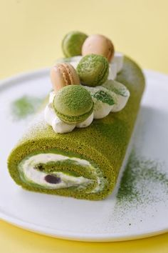 Green Tea Cake Roll Matcha green tea roll (*link does not work so changed to recipe from Tasty Kitchen*) love the use of Macaroons to decorate the cake! Asian Desserts, Köstliche Desserts, Delicious Desserts, Alcoholic Desserts, Plated Desserts, Strawberry Cream Cakes, Strawberries And Cream, Tea Cakes, Food Cakes