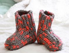 Knit Slippers Free Pattern, Knitted Slippers, Knitted Hats, Slipper Socks, Knitting Patterns Free, Free Knitting, Knitting Socks, Jumper Patterns, Knit Basket