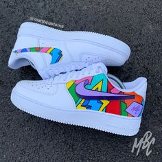NIKE – CARTOON FREESTYLE Nike in black or white with outer swooshes removed and Cartoon Freestlye design over outer side panel and inside swoosh. – Paint is crack & water resistant –. Souliers Nike, Custom Painted Shoes, Customised Shoes, Hand Painted Shoes, Painted Sneakers, Nike Shoes Air Force, New Nike Air Force, Aesthetic Shoes, Nike Af1