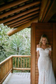 Vestido de renda com corte sereia e decote ombro a ombro assinado por Inbal Dror || Casamento na praia em Trancoso: Camila de Vellasco Villela + Bruno Braga ( Foto: Bruno Stuckert e Plinio Ricardo )