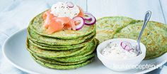 Met deze pannenkoekjes eet je een portie groene groenten zonder dat je het door hebt. Serveer dit met gerookte zalm en romige Hüttenkäse. Bruschetta Recept, A Food, Food And Drink, Low Carb Smoothies, Simply Recipes, Weight Watchers Meals, Light Recipes, Food Inspiration, Vegan Vegetarian