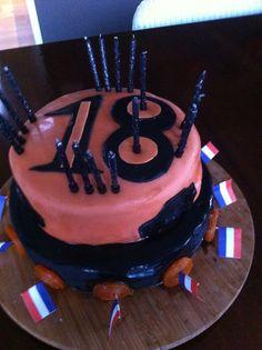 Oudste wordt 18 en viert het samen met zijn neef, dus dubbele hoge taart!
