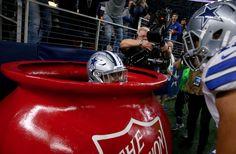 Anota un touchdown y se mete en la taza de publicidad para celebrarlo | Video - http://www.notiexpresscolor.com/2016/12/20/anota-un-touchdown-y-se-mete-en-la-taza-de-publicidad-para-celebrarlo-video/