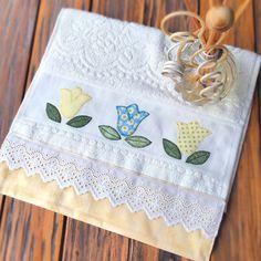 Maravilhosa toalha de lavabo com aplicação de tulipas em patchwork e acabamento em tecido 100% algodão. Cores suaves e delicadas que combinam com qualquer ambiente!