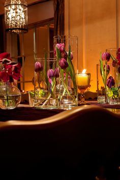 Simples e lindo. Detalhes da decoração de mesa com tulipas.