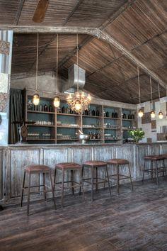 """El """"Bistrot"""" en Seminyak, Kuta Distrito, Bali Interior Decorator Zohra Boukhari y su marido Blaise Samoy fundador de Hishem Muebles ."""