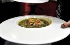 Il primo: aguadito di piselli e coriandoli (Sergio VIneis con cuoca del Perù)