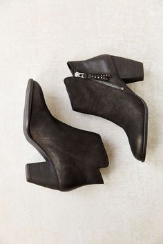 good basic black ankle boot. (Steve Madden Whysper Heeled Boot)