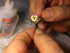 MiniEden: Tutorial - Rachel B - Dekoration Dollhouse Miniature Tutorials, Miniature Dolls, Dollhouse Miniatures, Miniature Plants, Miniature Gardens, Fairy Gardens, Mini Plants, Polymer Clay Flowers, Miniature Furniture